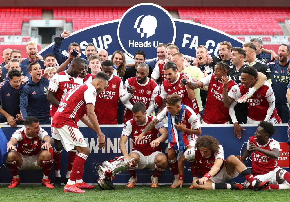 LONDON, ENGLAND - AUGUST 01: The team react as Pierre-Emerick Aubameyang of Arsenal drops the FA Cup Trophy during the celebrations after the FA Cup Final match between Arsenal and Chelsea at Wembley Stadium on August 01, 2020 in London, England. Football Stadiums around Europe remain empty due to the Coronavirus Pandemic as Government social distancing laws prohibit fans inside venues resulting in all fixtures being played behind closed doors. (Photo by Catherine Ivill/Getty Images)