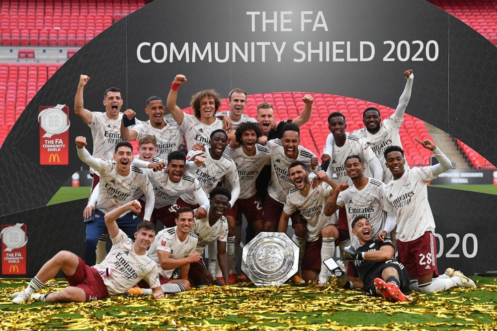 LONDON, ENGLAND - AUGUST 29: Arsenal celebrate with the Community Shield Trophy following his team's victory in during the FA Community Shield final between Arsenal and Liverpool at Wembley Stadium on August 29, 2020 in London, England. (Photo by Justin Tallis/ pool via Getty Images)