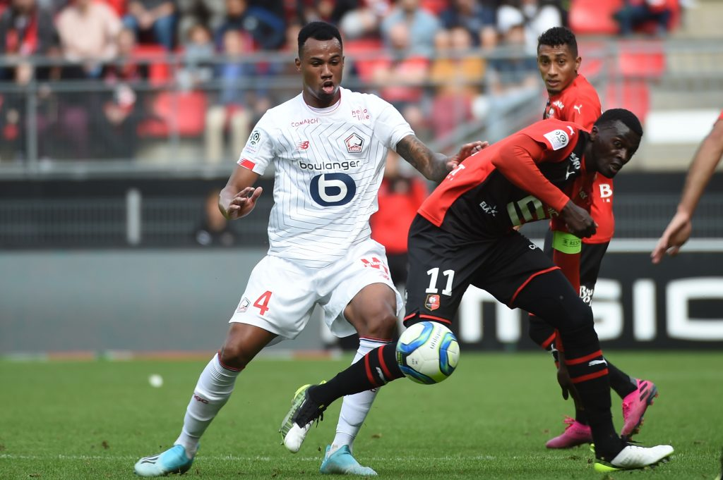 Lille's Brazilian defender Gabriel dos Santos Magalhaes (L) fights for the ball with Rennes' Senegalese forward Mbaye Niang (R)during the French L1 Football match between Rennes (SRFC) and Lille (LOSC), on September 22, 2019, at the Roazhon Park, in Rennes, northwestern France. (Photo by JEAN-FRANCOIS MONIER / AFP)