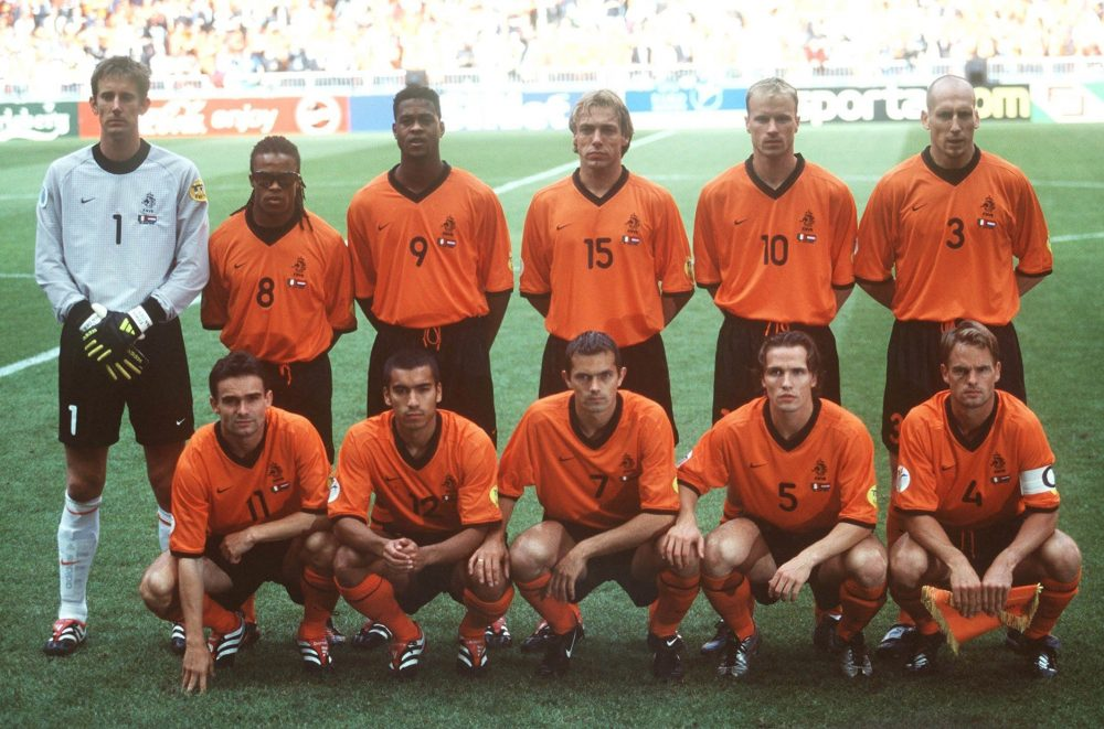 AMSTERDAM, NETHERLANDS - JUNE 29: EM EURO 2000, Halbfinale, Amsterdam; ITALIEN - NIEDERLANDE (ITA - HOL) 3:1 n.E.; hintere Reihe v.l.n.r.: TORWART Edwin van der SAR, Edgar DAVIDS, Patrick KLUIVERT, Paul BOSVELT, Dennis BERGKAMP, Jaap STAM; vordere Reihe v.l.n.r.: Marc OVERMARS, Giovanni van BRONCKHORST, Phillip COCU, Boudewijn ZENDEN, Frank de BOER/TEAM HOL (Photo by Lutz Bongarts/Bongarts/Getty Images)