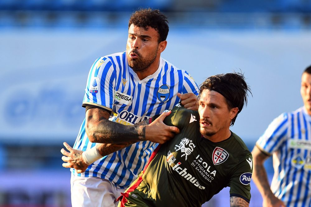 FERRARA, ITALY - JUNE 23: Andrea Petagna of SPAL competes for the ball with Fabio Pisacane of Cagliari Calcio during the Serie A match between SPAL and Cagliari Calcio at Stadio Paolo Mazza on June 23, 2020 in Ferrara, Italy. (Photo by Alessandro Sabattini/Getty Images)