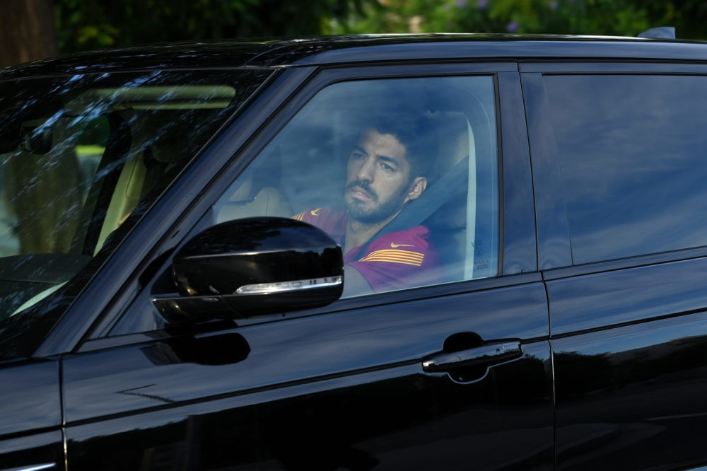 Barcelona's Uruguayan forward Luis Suarez arrives at the Joan Gamper Ciutat Esportiva in Sant Joan Despi near Barcelona for a training session on September 8, 2020. - Lionel Messi returned to Barcelona training for the first time yesterday since his failed attempt to leave the club this summer. Barca confirmed Messi has started by training alone, in line with La Liga protocol. (Photo by LLUIS GENE / AFP)