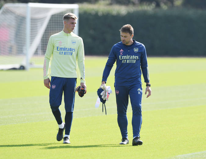 ST ALBANS, ENGLAND - SEPTEMBER 21: Arsenal goalkeeping coach Ianki Cana Pavon with new signing Alex Runarsson during a training session at London Colney on September 21, 2020 in St Albans, England. (Photo by Stuart MacFarlane/Arsenal FC via Getty Images)