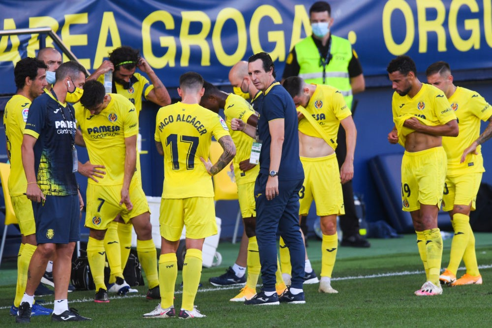 VILLAREAL, SPAIN - SEPTEMBER 13: Head coach Unai Emery of Villarreal CF gives instructions to his players during a cooling break during the La Liga match between Villarreal CF and SD Huesca at Estadio de la Ceramica on September 13, 2020 in Villareal, Spain. (Photo by Alex Caparros/Getty Images)