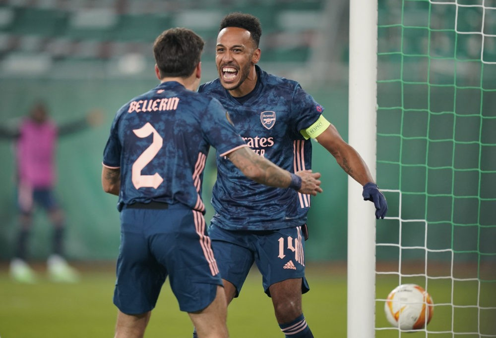 VIENNA, AUSTRIA - OCTOBER 22: Pierre-Emerick Aubameyang of Arsenal celebrates with team mate Hector Bellerin after scoring his sides second goal during the UEFA Europa League Group B stage match between Rapid Wien and Arsenal FC at Allianz Stadion on October 22, 2020 in Vienna, Austria. Rapid Wien are allowing a limited number of 3000 spectators to be in attendance as Covid-19 pandemic restrictions are eased. (Photo by Chris Hofer/Getty Images)