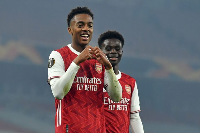 Arsenal's English midfielder Joe Willock (L) celebrates scoring his team's fourth goal during the UEFA Europa League Group B football match between Arsenal and Molde at the Emirates Stadium in London on November 5, 2020. - Arsenal won the game 4-1. (Photo by Glyn KIRK / AFP)