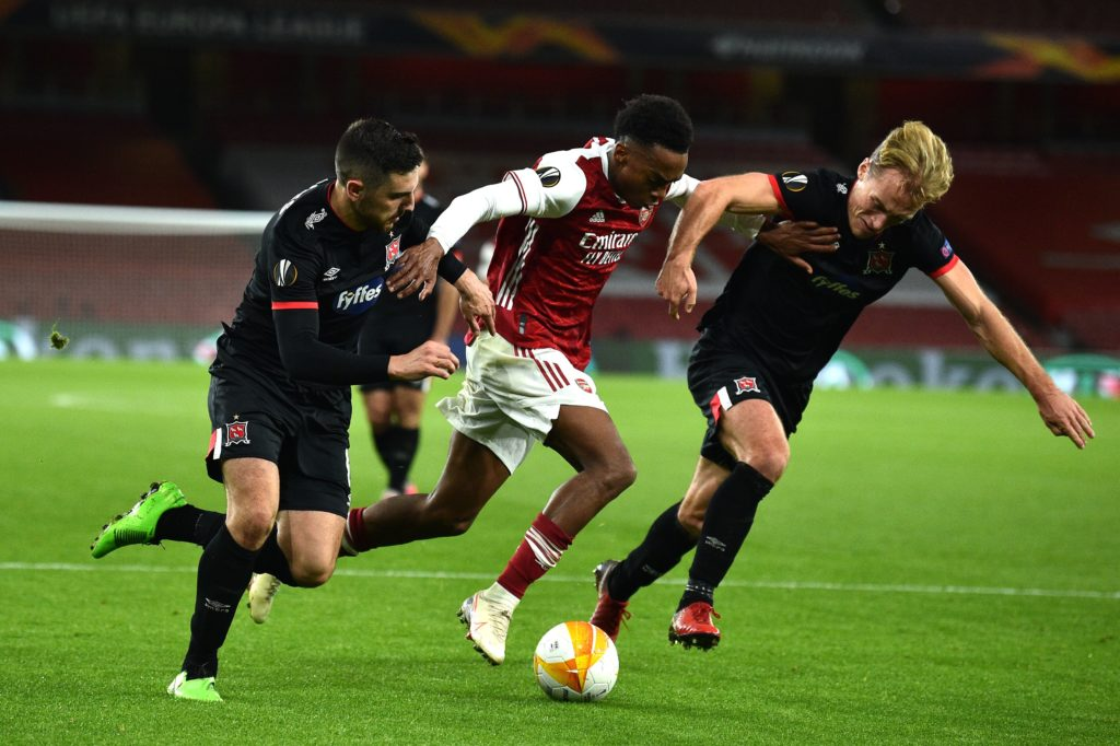 Arsenal's English midfielder Joe Willock (C) tries to break through during the UEFA Europa League 1st round day 2 Group B football match between Arsenal and Dundalk at the Emirates Stadium in London on October 29, 2020. (Photo by GLYN KIRK/AFP via Getty Images)