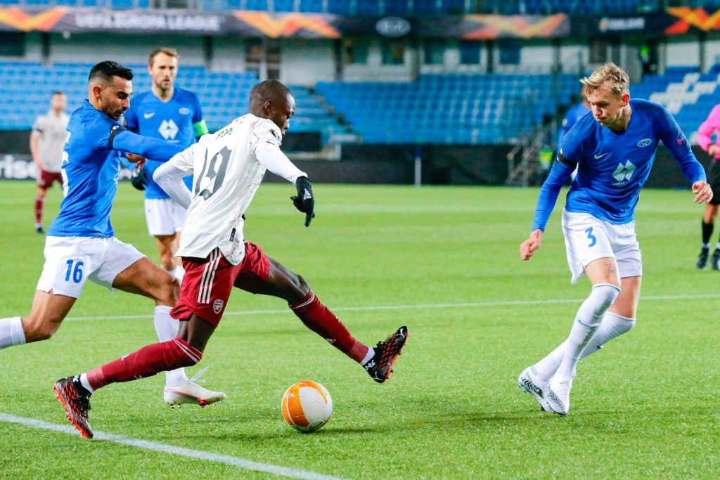 Arsenal's French-born Ivorian midfielder Nicolas Pepe (C) vies for the ball with Molde's Norwegian midfielder Etzaz Hussein (L) and Molde's Norwegian defender Birk Risa (R) during the UEFA Europa League group B football match Molde v Arsenal in Molde, Norway on November 26, 2020. (Photo by Svein Ove Ekornesvåg / NTB / AFP)