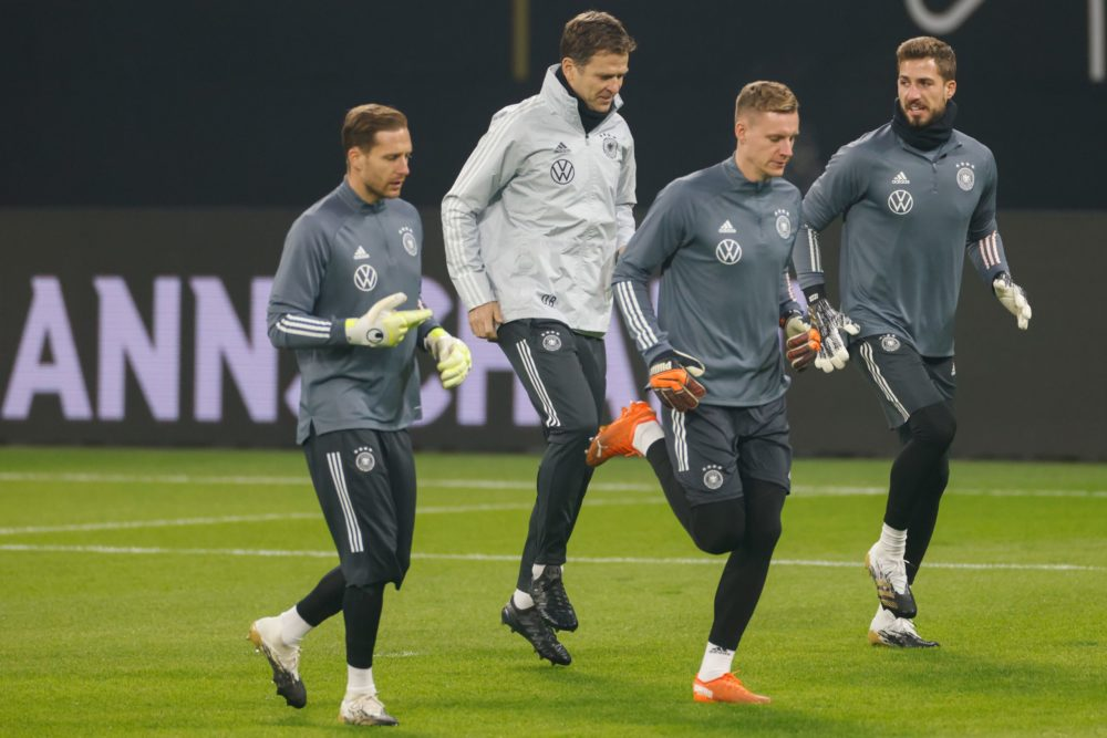 Germany's goalkeeper Kevin Trapp (R) warms up next to team manager Oliver Bierhoff and Germany's goalkeeper Bernd Leno (2nd R) during a training session in Leipzig, eastern Germany on November 10, 2020, the eve of the international friendly football match against the Czech Republic. (Photo by Odd ANDERSEN / AFP)