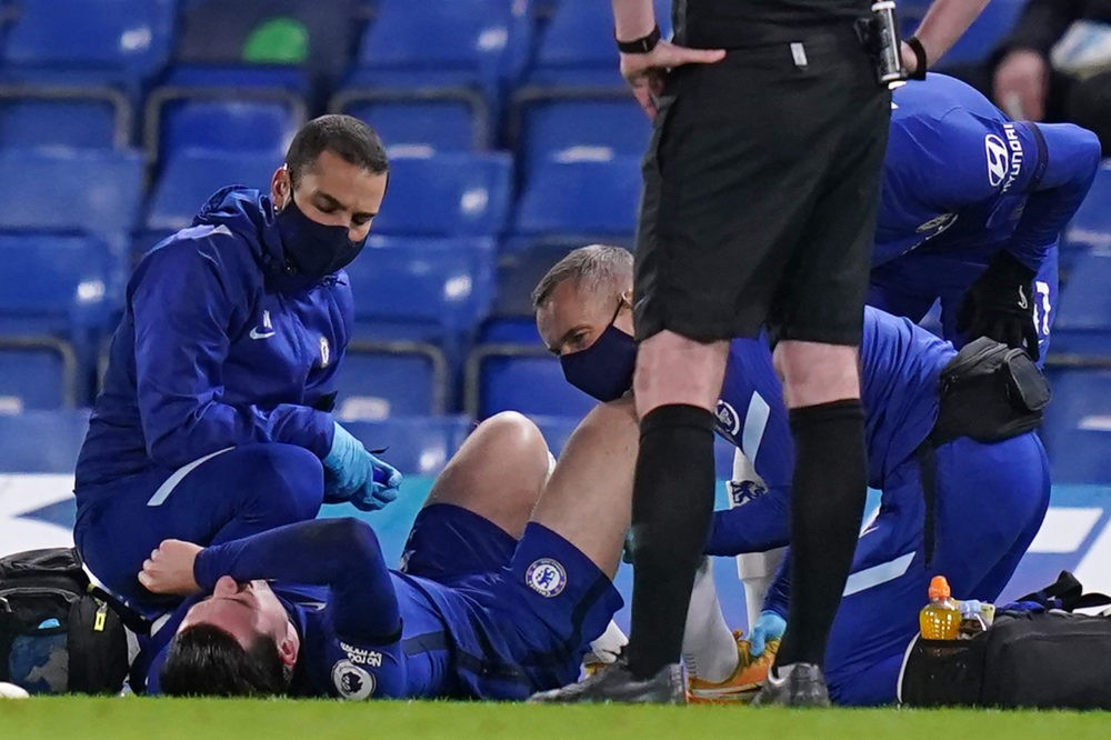 Chelsea's English defender Ben Chilwell (C) receives treatment after picking up an injury during the English Premier League football match between Chelsea and West Ham United at Stamford Bridge in London on December 21, 2020. (Photo by John Walton / POOL / AFP)
