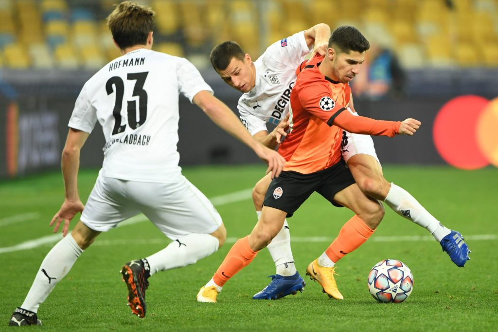 Shakhtar Donetsk's Israeli forward Manor Solomon (R) fights for the ball with Borussia Moenchengladbach's Austrian defender Stefan Lainer during the UEFA Champions League football match group B, between Shakhtar Donetsk and Borussia Moenchengladbach, at the Olympiyskiy stadium in Kiev on November 3, 2020. (Photo by SERGEI SUPINSKY/AFP via Getty Images)