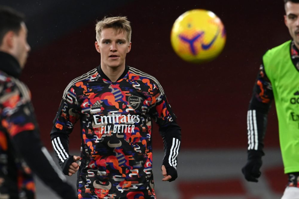 Arsenal's Norwegian midfielder Martin Odegaard (C) warms up with teammates ahead of the English Premier League football match between Arsenal and Manchester United at the Emirates Stadium in London on January 30, 2021. (Photo by Andy Rain / POOL / AFP)