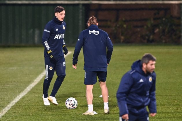 Fenerbahce's new transfer, German midfielder Mesut Ozil (L), takes part in his first training session with the team on January 24, 2021, in Istanbul. - Arsenal midfielder Mesut Ozil has joined Fenerbahce on a three-and-a-half year deal after last playing for the Gunners in March, both clubs announced on January 24. The 32-year-old German was omitted from Arsenal's Premier League and Europa League squads this season and his reported deal on a weekly salary of £350,000 ($475,000) was set to expire at the end of the current campaign. (Photo by Ozan KOSE / AFP)