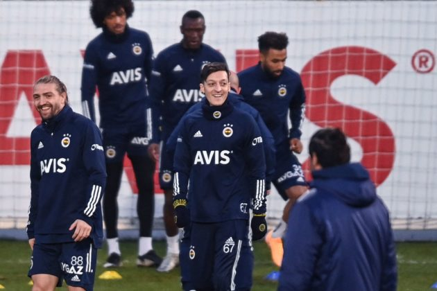 Fenerbahce's new transfer, German midfielder Mesut Ozil (R), takes part in his first training session with the team on January 24, 2021, in Istanbul. - Arsenal midfielder Mesut Ozil has joined Fenerbahce on a three-and-a-half year deal after last playing for the Gunners in March, both clubs announced on January 24. (Photo by Ozan KOSE / AFP)