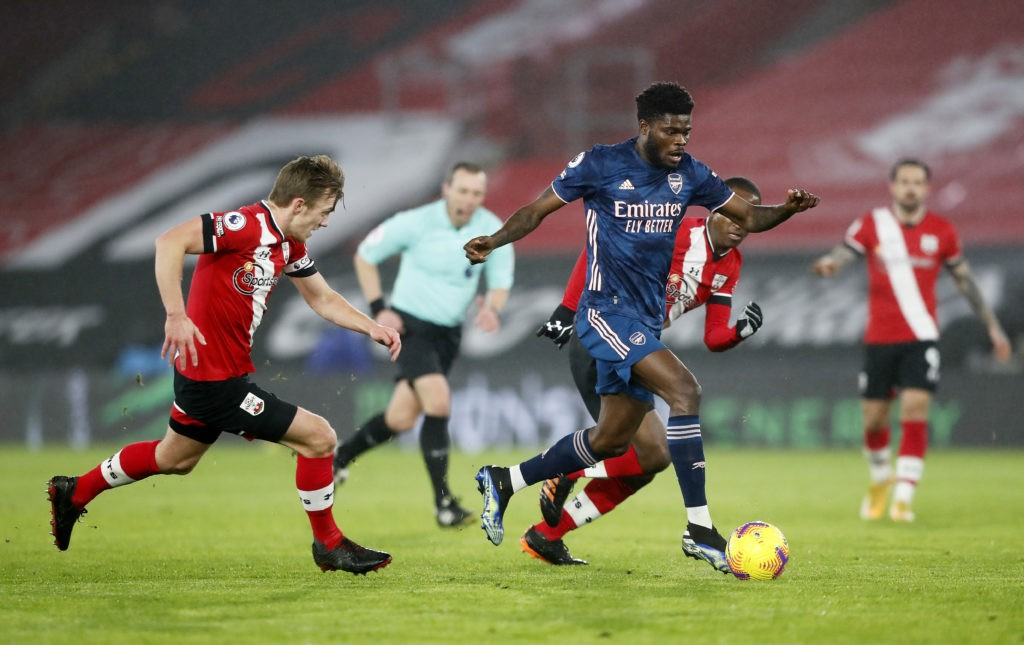 SOUTHAMPTON, ENGLAND: Thomas Partey of Arsenal runs with the ball away from James Ward-Prowse (L) and Ibrahima Diallo (obscure/R) of Southampton during the Premier League match between Southampton and Arsenal at St Mary's Stadium on January 26, 2021. (Photo by Frank Augstein - Pool/Getty Images)