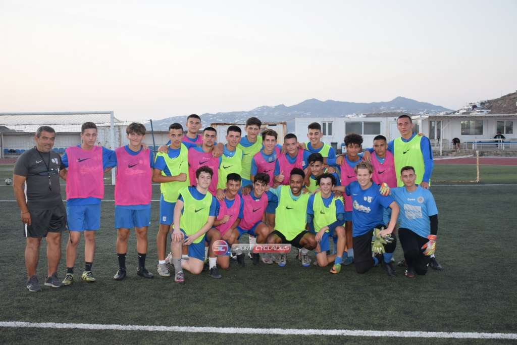 Pierre-Emerick Aubameyang with the academy players at A.O. Mykonos (Photo via Sport Cyclades)