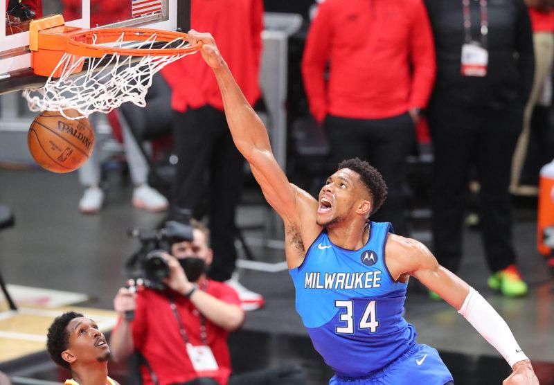 Giannis Antetokounmpo slams over Atlanta Hawks guard Lou Williams during the 2nd quarter in game 3 of the NBA, Basketball Herren, USA Eastern Conference Finals on Sunday, June 27, 2021, in Atlanta. Atlanta USA - Copyright: Curtis Compton
