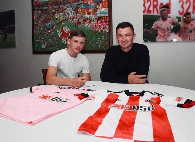 Sydie Peck signing for Sheffield United (Photo via Peck on Instagram)