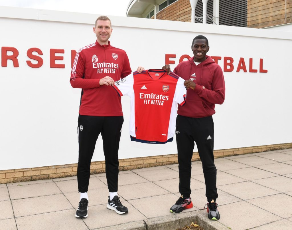 Mazeed Ogungbo with Per Mertesacker after signing his professional contract (Photo via Arsenal.com)