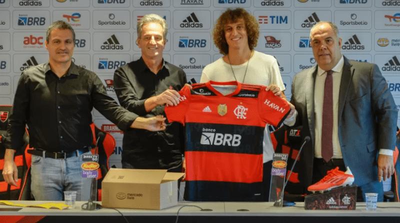 Bruno Spindel, Rodolfo Landim, David Luiz and Marcos Braz hold the Flamengo shirt, in the player's presentation to the club Image: Marcelo Cortes / Flamengo
