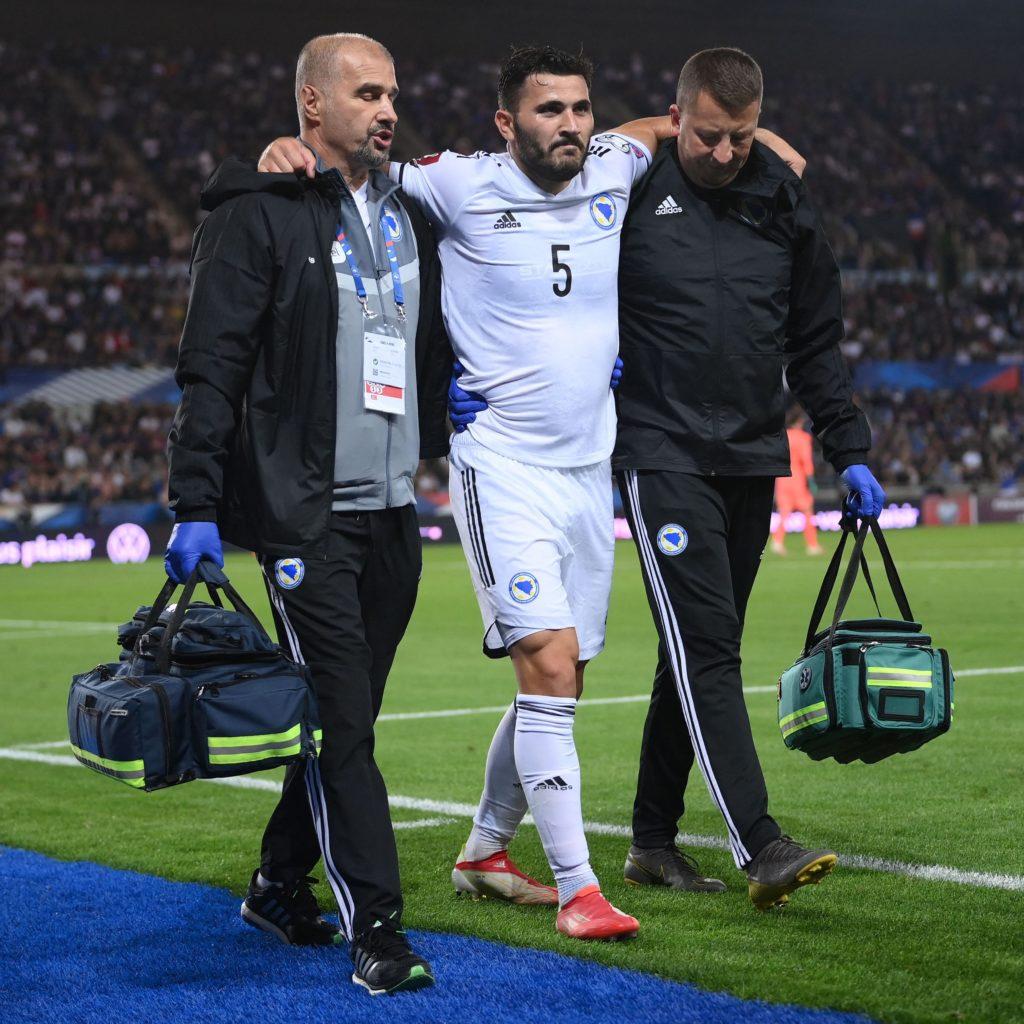 Sead Kolašinac limps off with an injury (Photo via Goal News on Twitter)