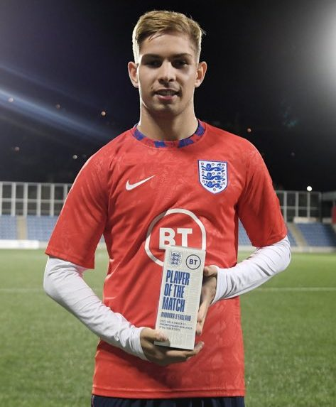 Emile Smith Rowe with his Player of the Match award for the England u21s following their match against Andorra (Photo via Smith Rowe on Twitter)