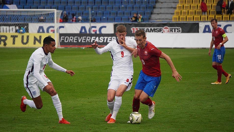 Miguel Azeez (L) with the England u20s against the Czech Republic (Photo via the Czech FA)